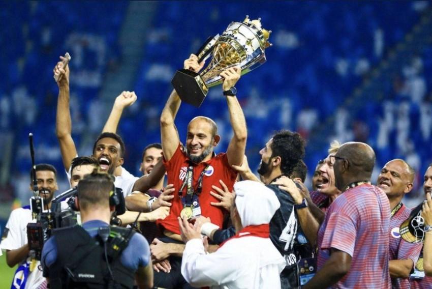 العنبري محتفلاً بلقب دوري الخليج العربي. (من المصدر)