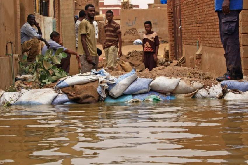 جهود ذاتية لمواجهة الفيضانات. (أ ف ب)