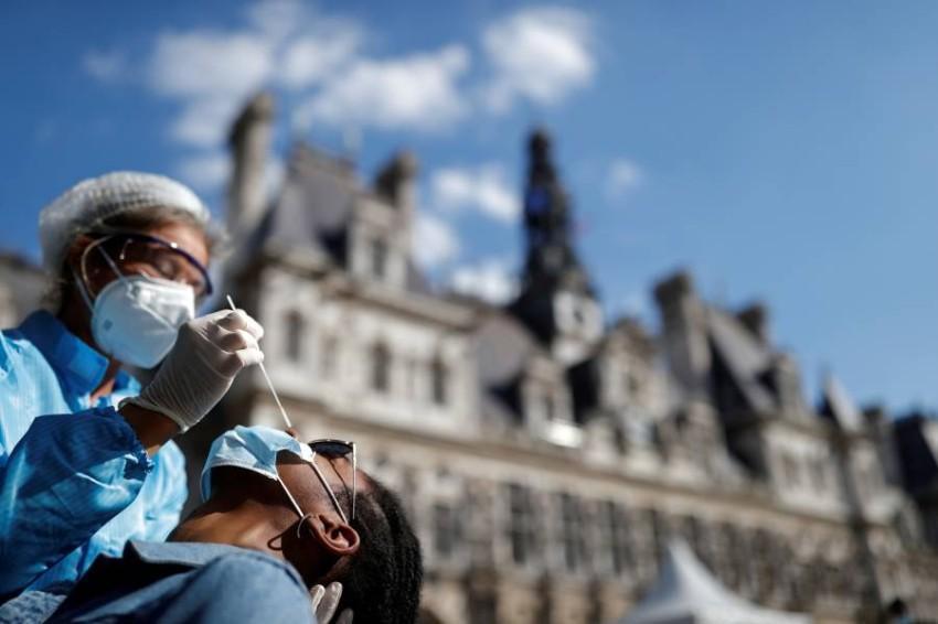 فحص كورونا في باريس. (رويترز)