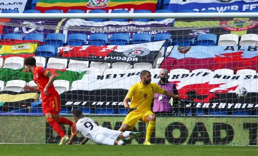 ويليامز يسجل هدف ويلز في المباراة. (أ ف ب)