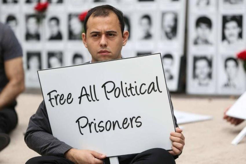 متظاهر يطالب بالإفراج عن السجناء السياسيين في إيران خارج مقر الأمم المتحدة. (أرشيفية)
