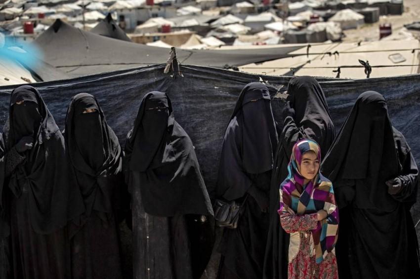 يقوم أنصار تنظيم داعش الإرهابي الهاربين من المعتقلات بحملات عبر الإنترنت لجمع الأموال تحت زعم تمويل عمليات تهريب نساء محتجزات في أحد مخيمات الاعتقال - أ ف ب