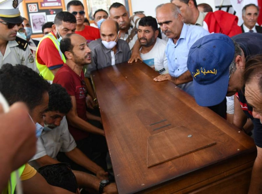 مشيعون يحملون نعش الشرطي الذي قُتل في هجوم إرهابي في تونس. (أ ف ب)