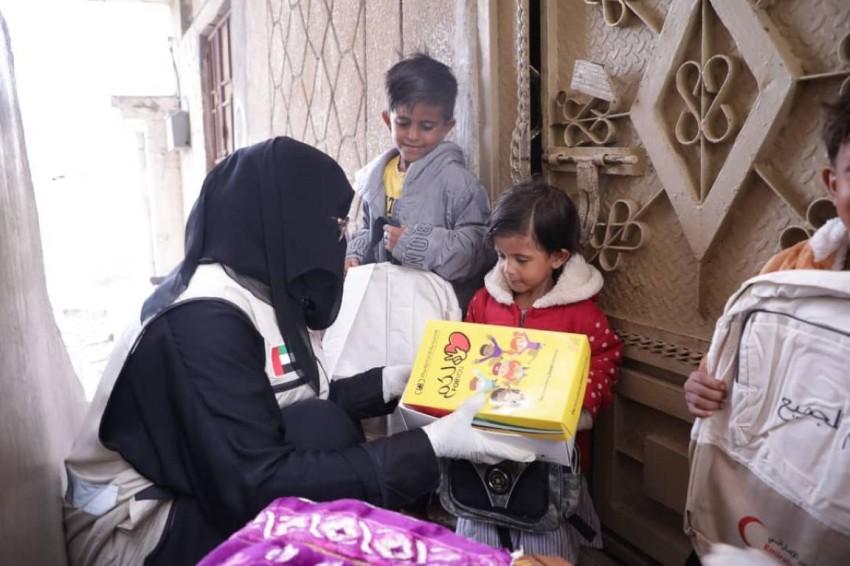 عضو بوفد الهلال الأحمر الإماراتي في المكلا. (وام)