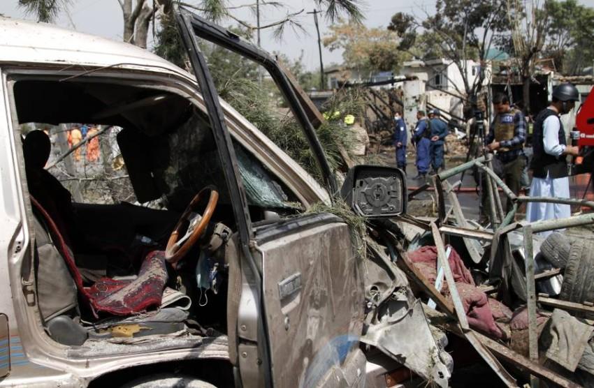 أفراد أمن أفغان بموقع تفجير في العاصمة كابول. (أ ب)