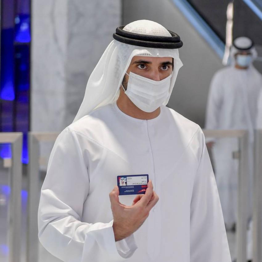 حمدان بن محمد يتفقد مسار 2020 لمترو دبي. (وام)