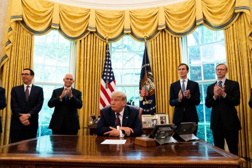 ترامب مع فريقه بعد الإعلان عن الاتفاق الجديد. (أي بي أيه)