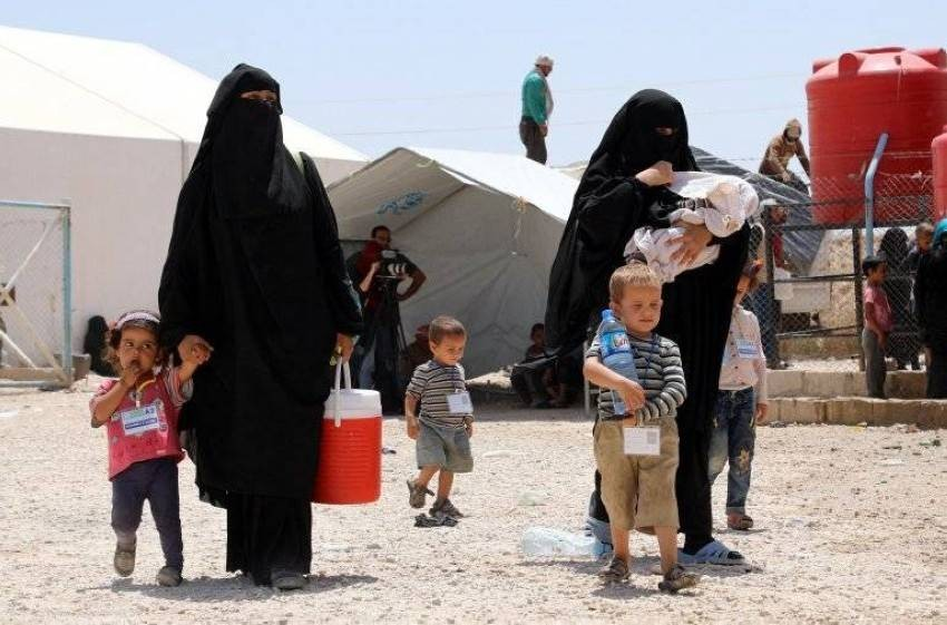 نساء وأطفال داخل مخيم الهول للاجئين في سوريا. (إي بي أيه)