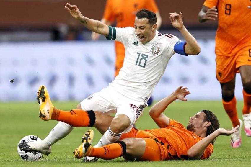 من مباراة هولندا والمكسيك. (إ ب أ)