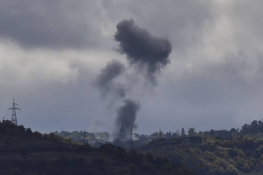 دخان يتصاعد بسبب القصف في بلدة شوشا قرب ستيباناكرت. (أ ف ب)