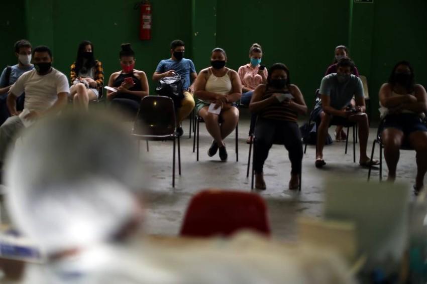 بانتظار إجراء اختبارات «كوفيد-19» في البرازيل. (رويترز)