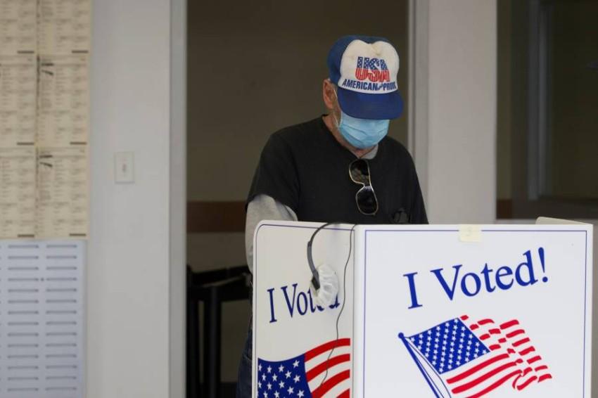 الناخبون يدلون بأصواتهم في صناديق الاقتراع - أ ف ب