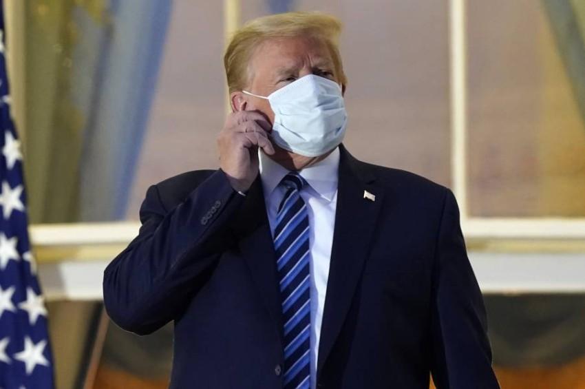 ترامب مرتدياً الكمامة بعد اصابته بكورونا - أ ب