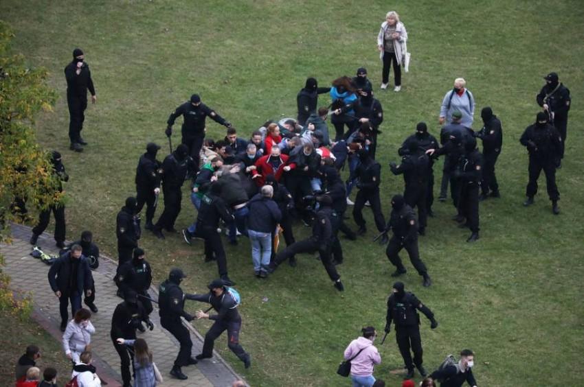الشرطة تعتقل عدداً من المتظاهرين. (رويترز)