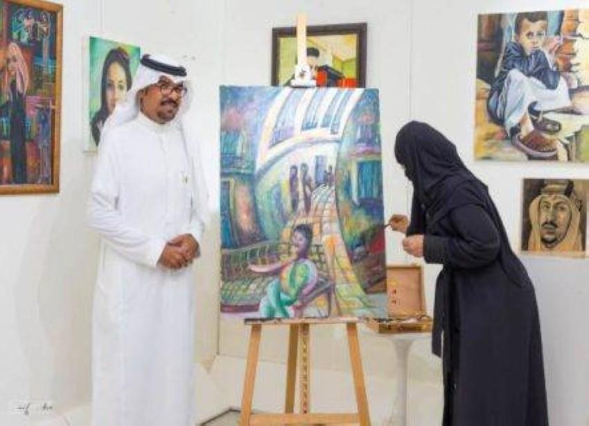 مها الكافي تقدم شرحاً لأحد أعمالها.