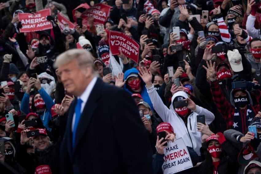 ترامب وسط مؤيديه في ميشيغان. (أ ف ب)