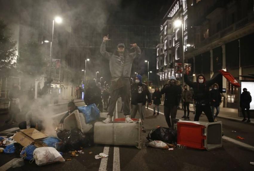 استمرار الاشتباكات لليلة الثانية احتجاجاً على قيود كورونا في اسبانيا - إيه بي أيه