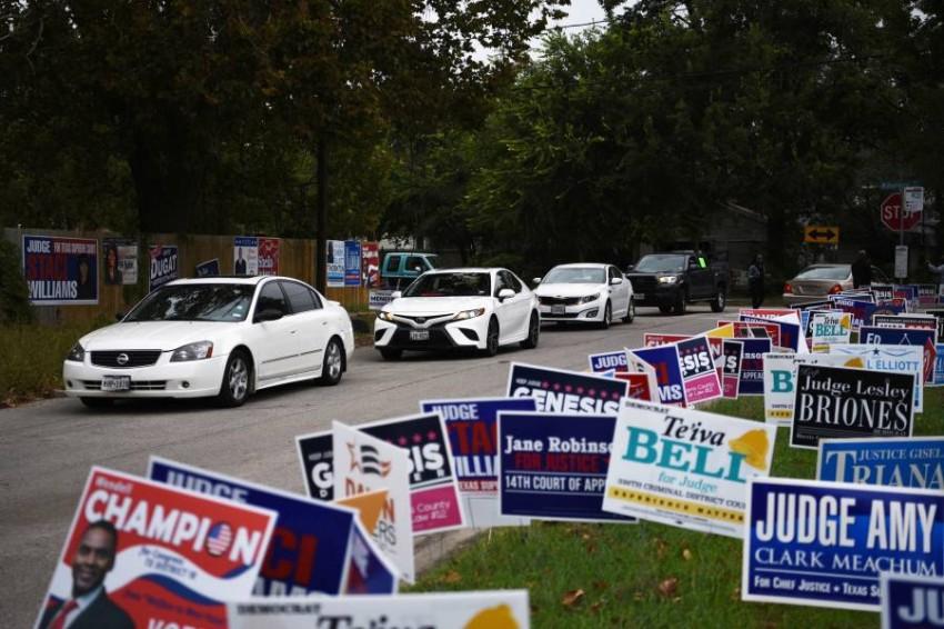 طابور سيارات أثناء تصويت مبكر في هيوستن بولاية تكساس أهم ولاية جمهورية. (رويترز)
