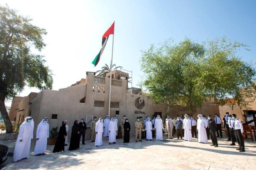 أثناء رفع العلم بمقر جمعية الصحفيين الإماراتية. (من المصدر)