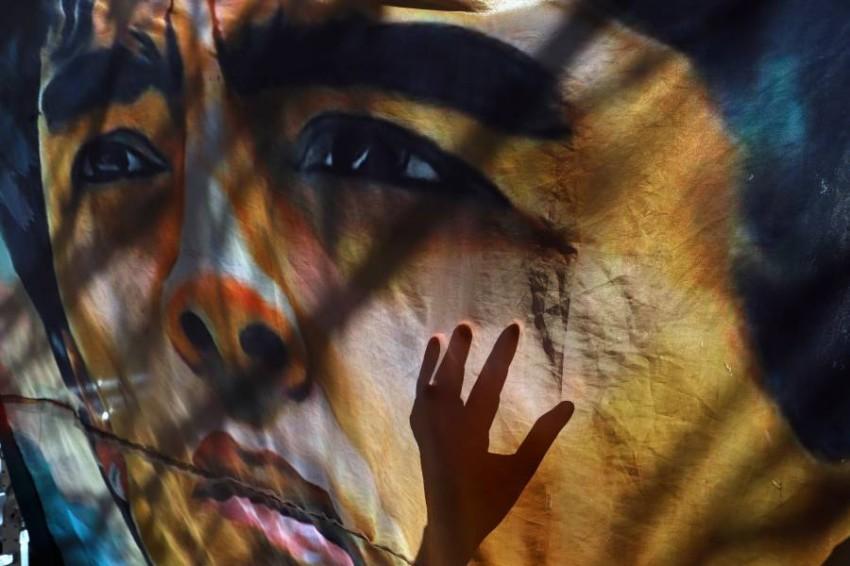 صورة جدارية لمارادونا. (رويترز)