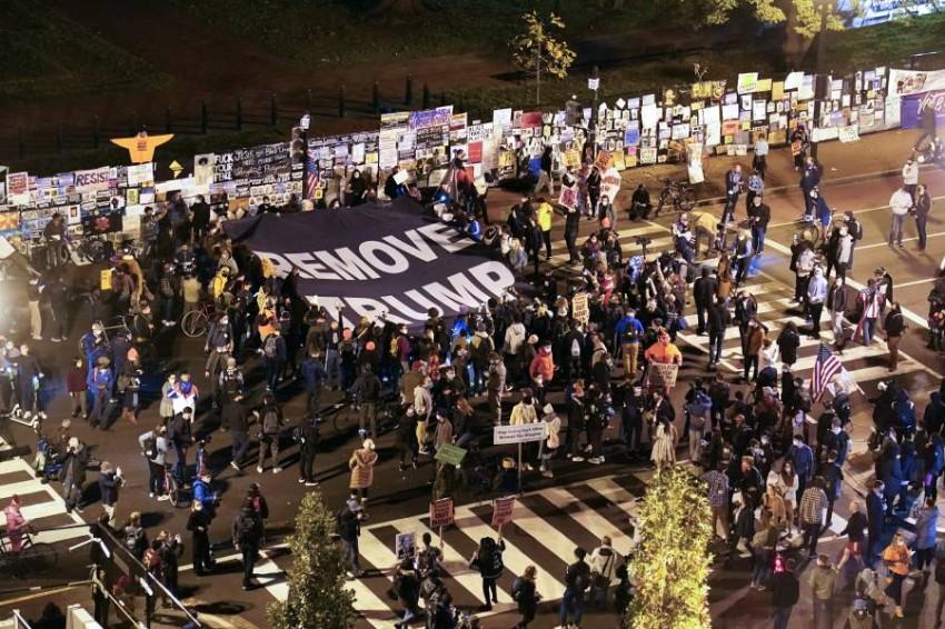 متظاهرون يتجمعون أمام البيت الأبيض واستبعاد وقوع أعمال عنف - أ ب