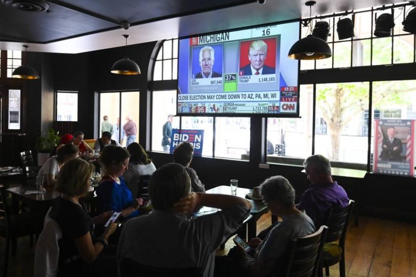 الناخبون في ولاية فلوريدا يتابعون نتائج الانتخابات - رويترز