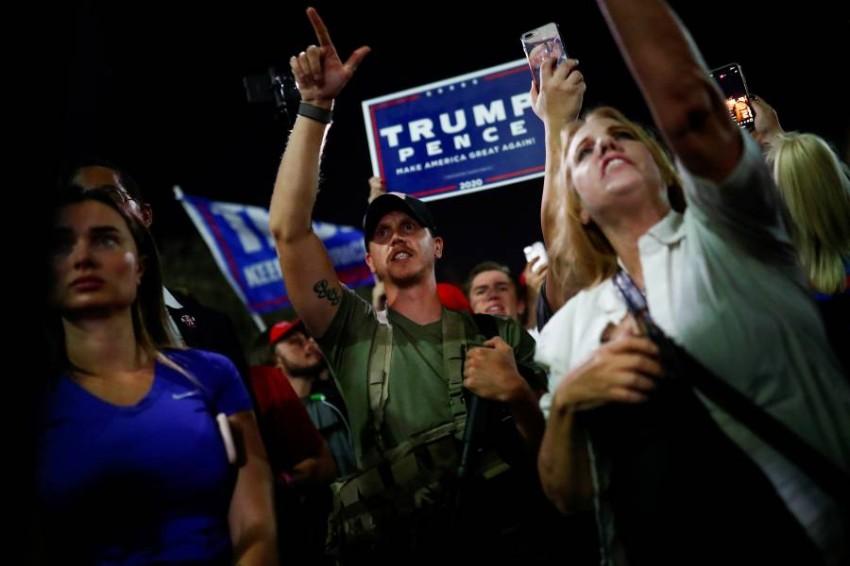 أنصار ترامب يعترضون في أريزونا. (رويترز)