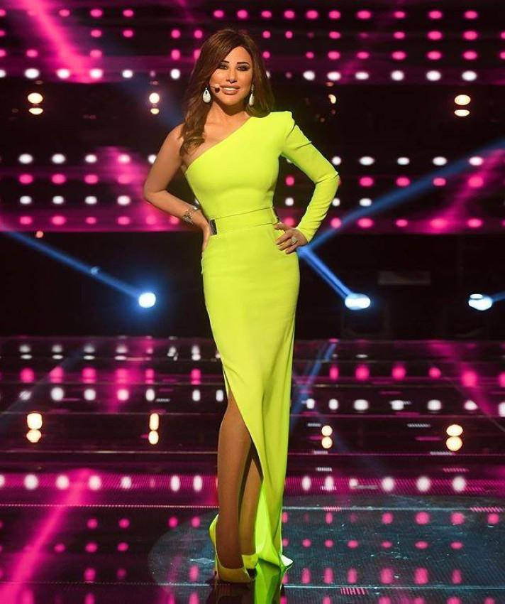فستان طويل باللون الأخضر النيون من نجوى كرم ببرناج ذا فويس سينيور