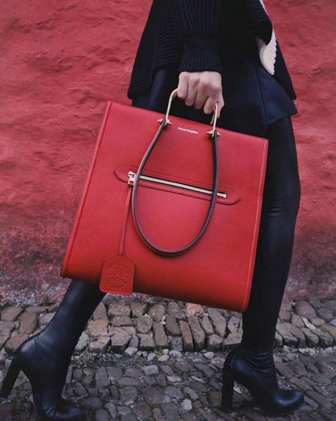 حقيبة باللون الأحمر من أليكساندر ماكوين