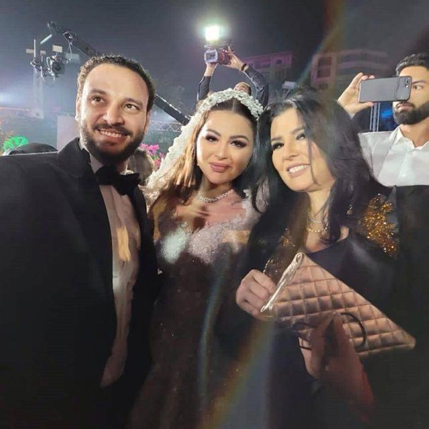 هنادي مهنا وزوجها أحمد خالد صالح مع الإعلامية منى الشاذلي.
