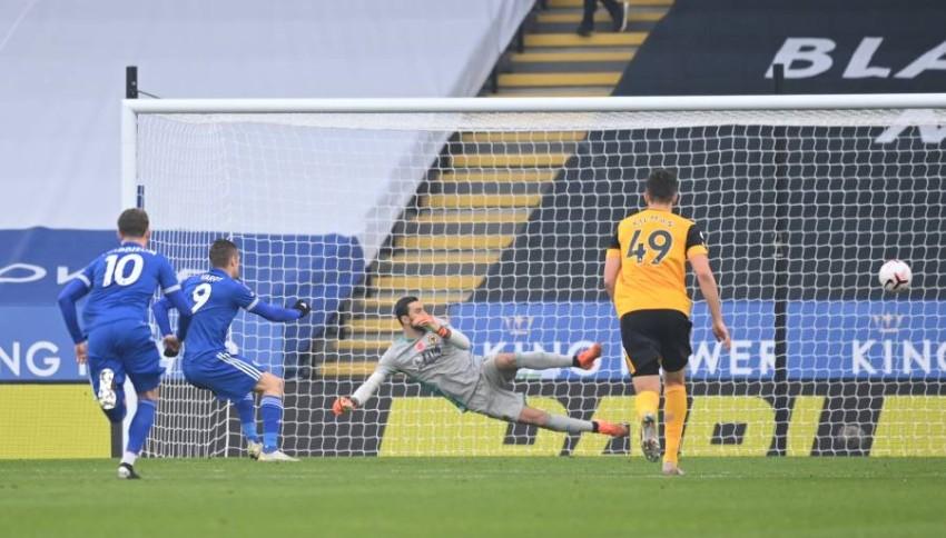 فاردي يسجل هدف الفوز في شباك وولفرهامبتون. (رويترز)