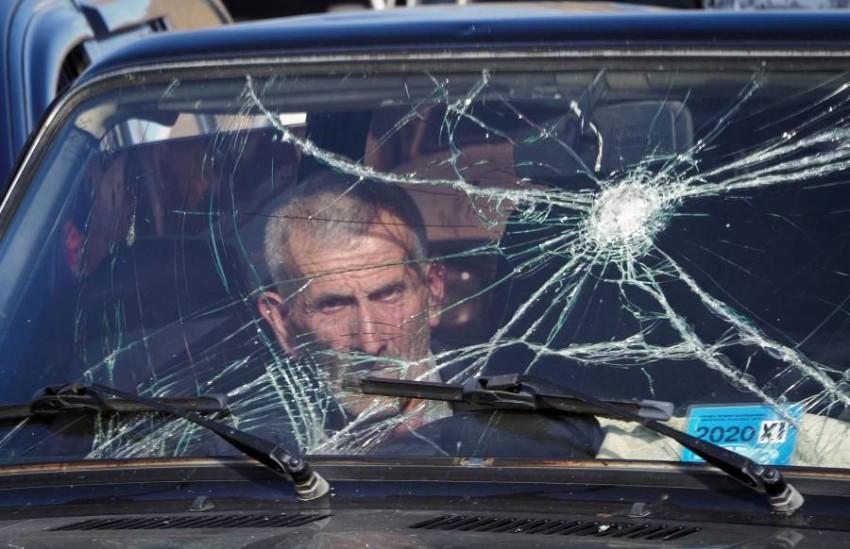 رجل في طابور انتظار سيارات لمغادرة الإقليم إلى أرمينيا. (أ ب)