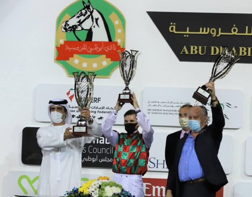 عبدالله المرر يتسلم جائزة تتويج صمود. (الرؤية)