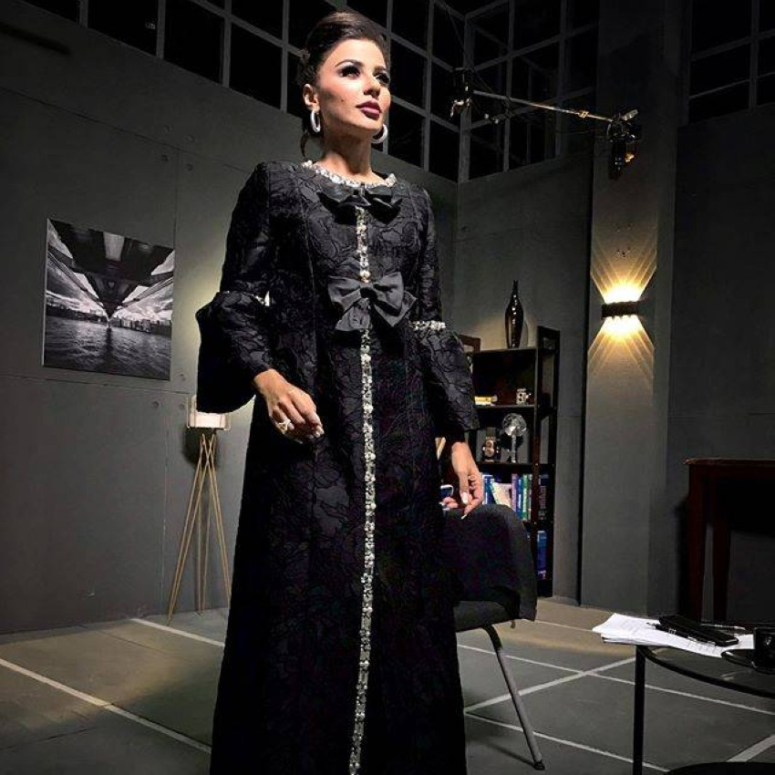 العباية باللون الأسود من مهيرة عبدالعزيز من abayat applewang