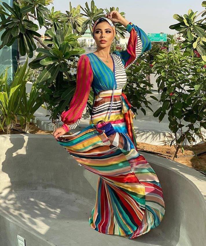 عباية ملونة وشبابية من مهيرة عبدالعزيز من توقيع ياسمين عز