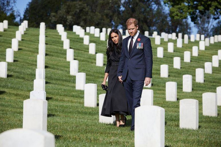 ميغان ماركل بمعطف أسود مع حذاء أنيق بذكرى إحياء رحيل جنود الحرب.