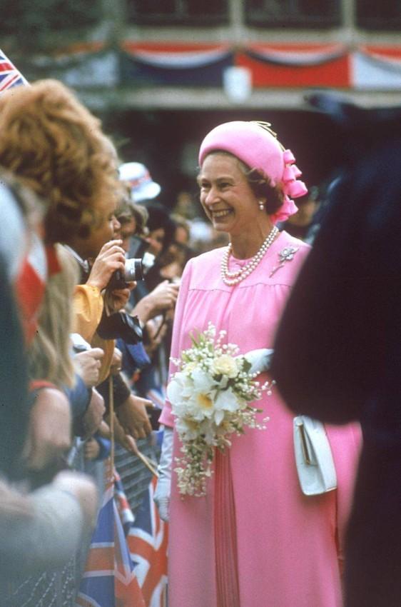 الملكة إليزابيث ترتدي أقراط اللؤلؤ الماسية عام 1977