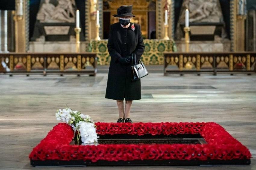 الملكة إليزابيث تظهر بالكمامة للمرة الأولى في العلن في ذكرى إحياء جنود الحرب العالمية.