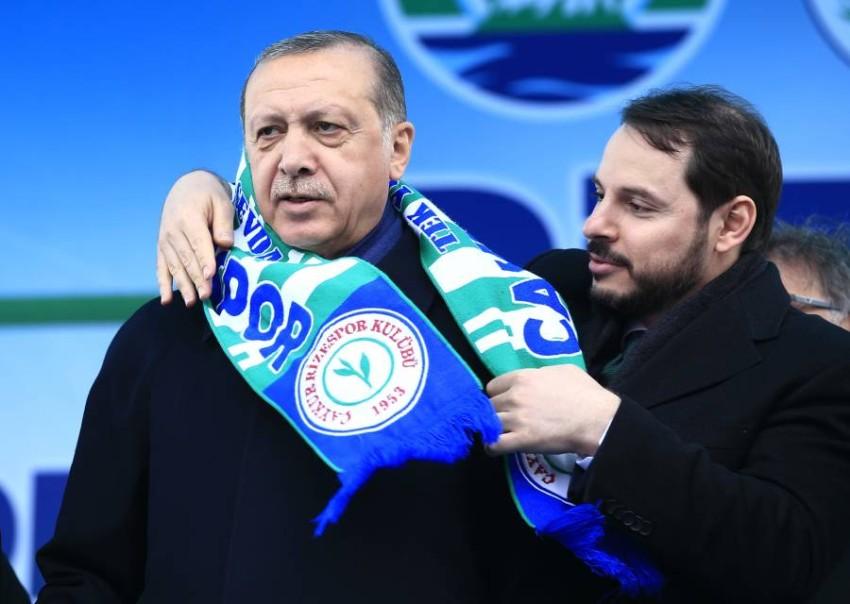 أردوغان وصهره بيرات البيرق. (أ ب)