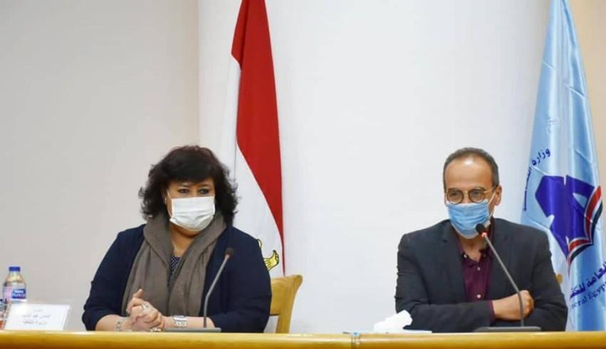 وزيرة الثقافة المصرية إيناس عبدالدايم مع هيثم الحاج علي رئيس الهيئة العام للكتاب