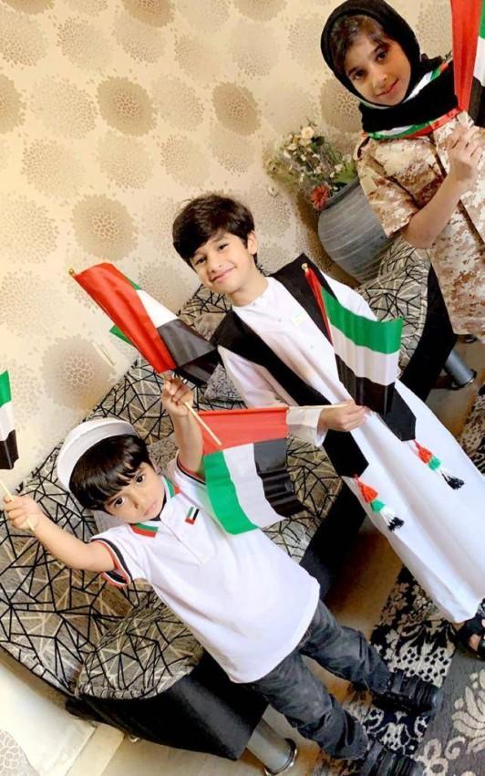 أطفال يحتفلون بالمناسبة الوطنية.