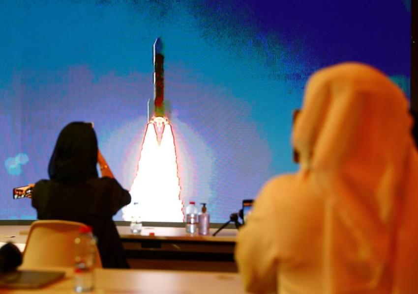 انطلاق المسبار محملاً بآمال الإمارات والعالم. (رويترز)