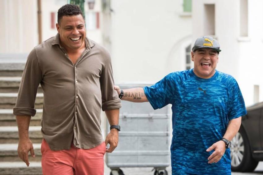رونالدو البرازيلي مع مارادونا. (أ ب)