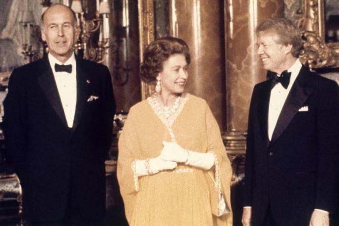 فاليري جيسكار ديستان (يسار) مع إليزابيت الثانية وجيمي كارتر. (أ ب)