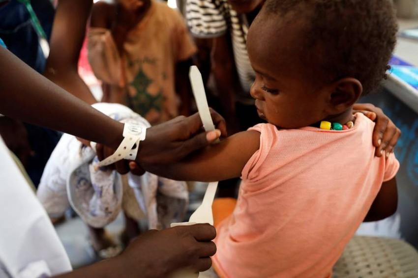 معاناة مضاعفة للأطفال مع جائحة كورونا. (رويترز)