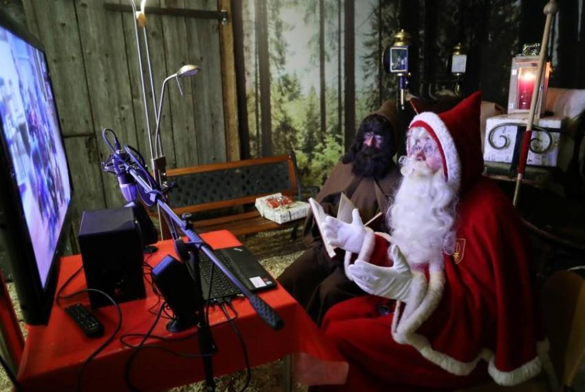 بابا نويل يتواصل عن بعد مع الأطفال بسبب الجائحة. (رويترز)