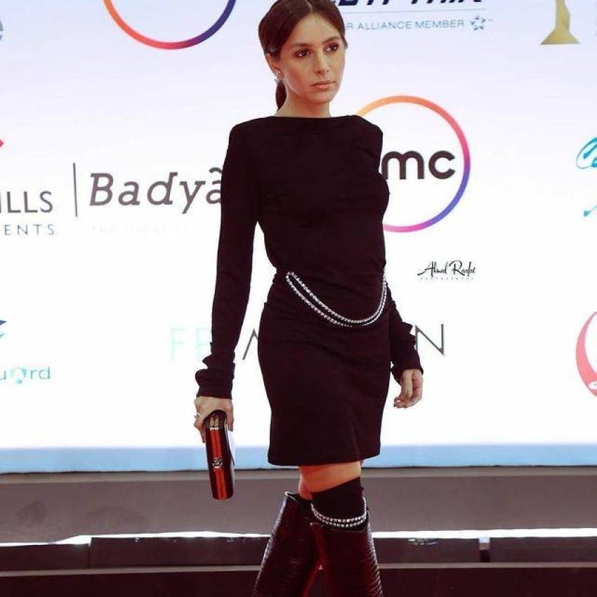 جميلة عوض بفستان أسود قصير.