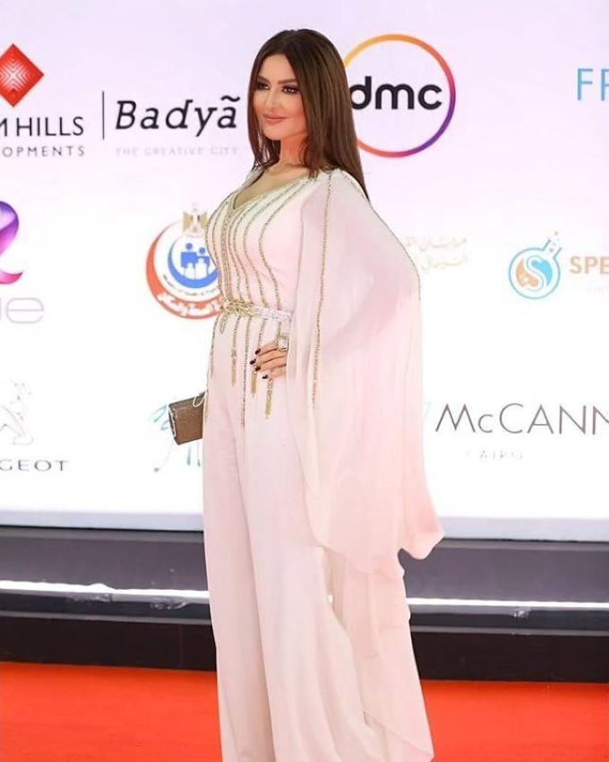 ميساء مغربي بجمبسوت أبيض.