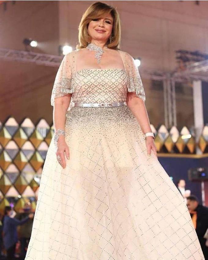 إلهام شاهين بفستان أبيض منفوش.