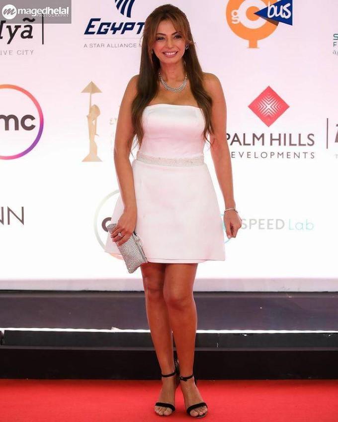 داليا مصطفى بإطلالة غير موفقة لفستان أبيض قصير باليوم الرابع من مهرجان القاهرة.